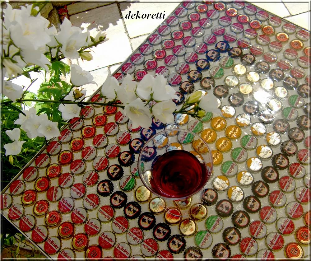 dekoretti s welt aus vielen kronenkorken und einem alten tisch. Black Bedroom Furniture Sets. Home Design Ideas