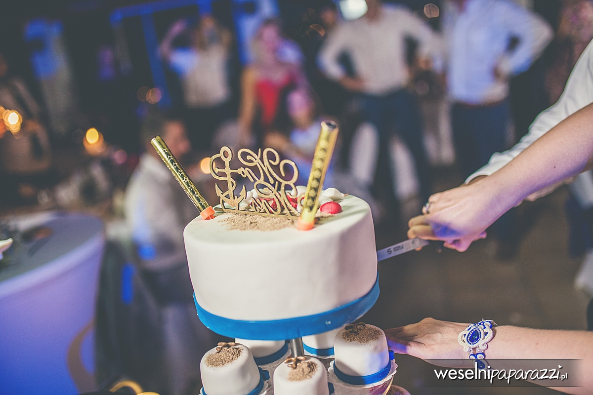 Kobaltowo biały tort ślubny