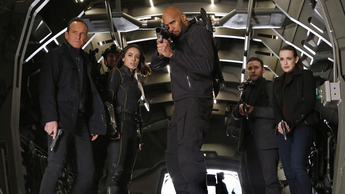 Clark Gregg, Chloe Bennett, Henry Simmons, Elizabeth Henstridge y Iain De Caestecker en Agents of SHIELD