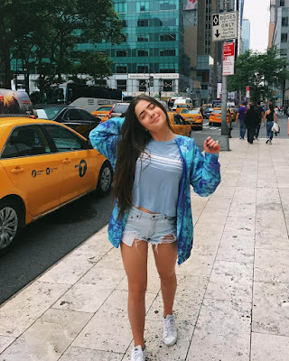 pose en la calle con outfit juvenil casual