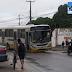 Ônibus caiu em buraco da CAERN no conjunto Santa Catarina