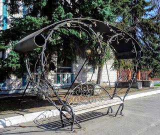 Новомосковск. Ул. Паланочная. Лавочка из кованного железа