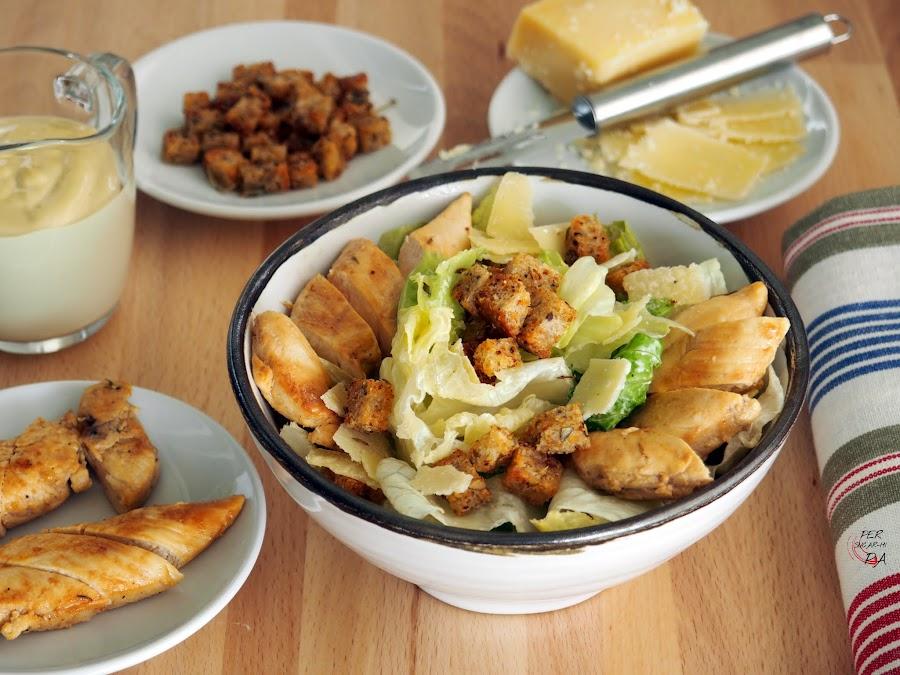 La famosa Chicken Caesar Salad o como decimos aquí Ensalada César de pollo, con su lechuga romana, sus picatostes, su parmesano y la salsa César.