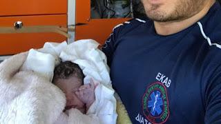Ρόδος: Γέννησε στο σπίτι με τη βοήθεια των διασωστών του ΕΚΑΒ