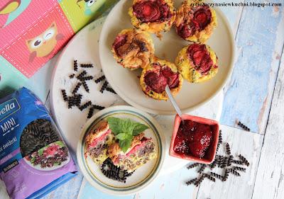 Muffinki twarogowe z czarnym makaronem i truskawkami