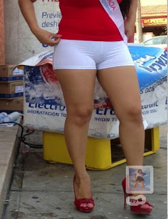 Hermosa edecan mexicana ropa apretada