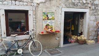Uriges altes Gemüse Geschäft in Kroatien mit Flair und Fahrrad