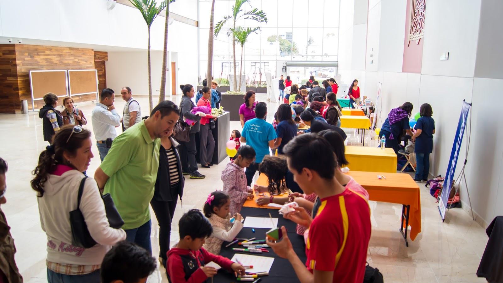 Personas observando las actividades de los cursos de la UPAEP