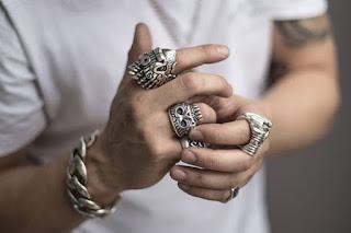 Cincin pria yang sedang trend saat ini