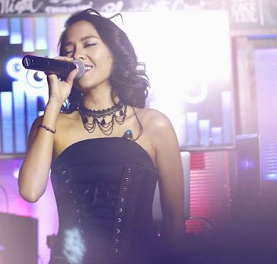 Foto Lala Karmela saat menyanyi