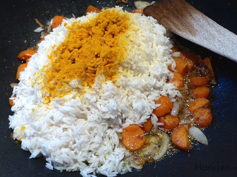 Ajoutez le riz égoutté et le curcuma.