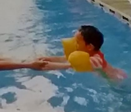 latihan mengapung di kolam oleh anak ditahan oleh pelatih renang