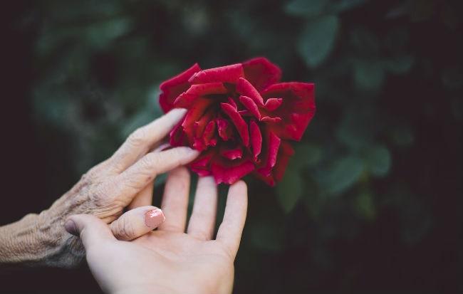 Mano di persona anziana sofferente di Parkinson