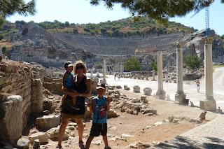 Mi familia frente al antiguo teatro de Éfeso.