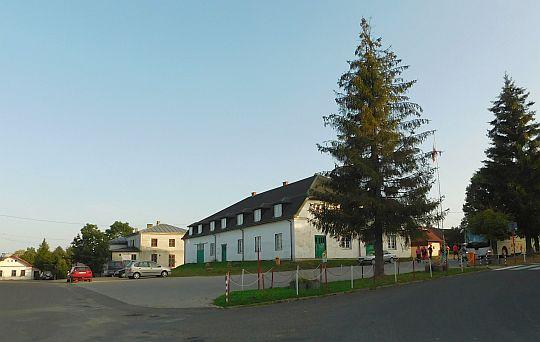Budynek nawiązujący wyglądem do dawnego ratusza miejskiego w Jaśliskach.