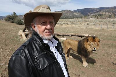 Ralph Helfer e o leão Zamba - Divulgação