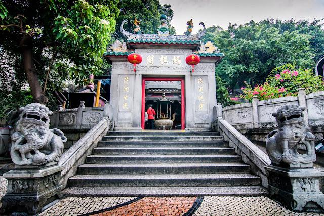 Ngôi đền A-Ma là ngôi đền cổ nhất và nổi tiếng nhất của Macau. Ngôi đền được xây dựng vào năm 1488 để tưởng nhớ nữ thần Trung Quốc Mazu, người bảo vệ cho các thuyền viên và ngư dân Macau.