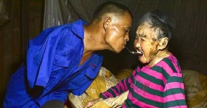လယ္အလုပ္ အခ်က္အျပဳတ္ အကုန္လုပ္ျပီး သူ့ပါးစပ္မွာ ဇြန္းတပ္ကာ အသက္(၉၁)နွစ္အရြယ္ အေမအိုၾကီးကို ထမင္းခြံ႔ေကြ်းရွာတဲ့ လက္နွစ္ဖက္ မရွိတဲ့သား