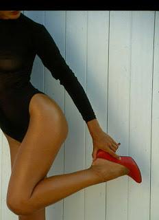 donna con scarpa rossa