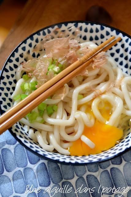 Nouilles udon à l'oeuf cru et au katsuobushi