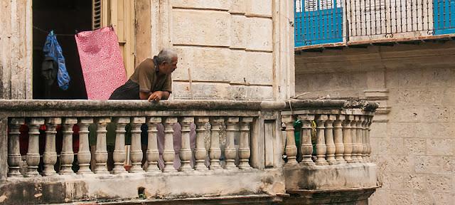 Un Cubain au balcon de sa maison au centre de La Havane