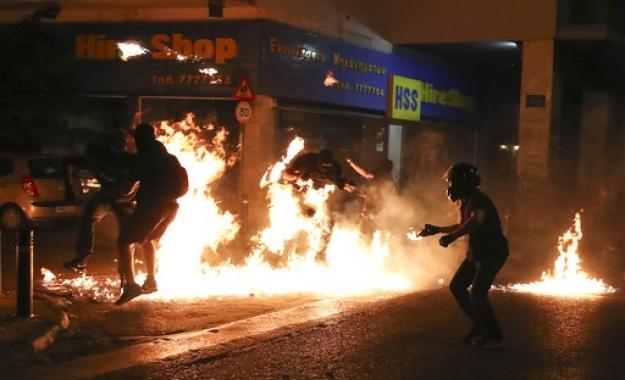 Handelsblatt: Μολότοφ και ένοπλες επιθέσεις - Η σκιά του φόβου πάνω από την Αθήνα