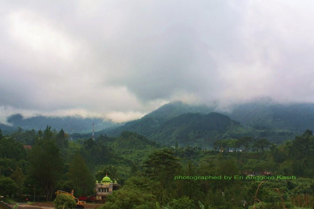 Masjid di hotel tempat kami menginap dengan Gunung Slamet sebagai background.