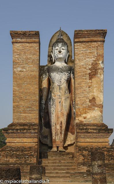 Wat Mahathat, Sukhothai - Mandapa with standing Buddha
