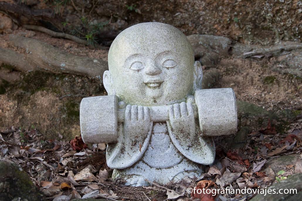 Buda de piedra en el monte Misen