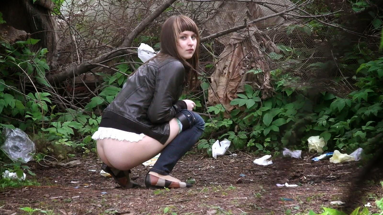 смотреть видео девки писают на улице частное интимное