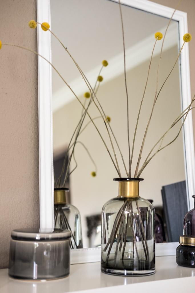 fim.works   Lifestyle Blog   Regal-Dekoration, Kakadu-Print, Glasvasen und Glasboxen, graue Porzellandose, gelbe Belly Buttons
