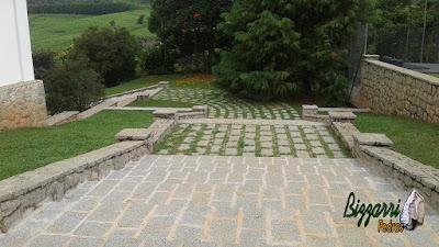 Execução de revestimento com pedra nas muretas e nos muros, com a escada de pedra folheta, o piso com pedra com junta de grama em sede de fazenda em Atibaia-SP.