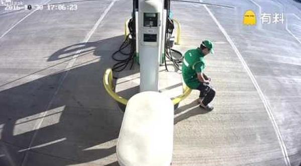 Pekerja Stesen Minyak Sedang Rehat, Saat Seterusnya CCTV Rakamkan Kemalangan Yang Datang Tak Terduga!!
