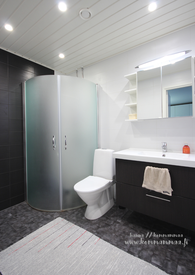 kylpyhuone suihkuseinällä
