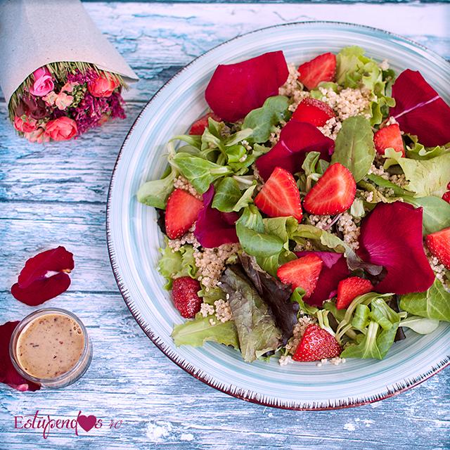 Ensalada de quinoa con aliño de pétalos de rosa y matcha