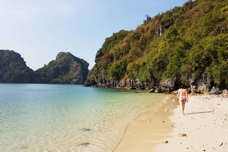 Playa en la Bahía de Halong para nosotros solos