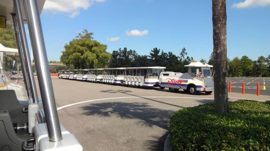 Trem no estacionamento de carro nos parques em Orlando