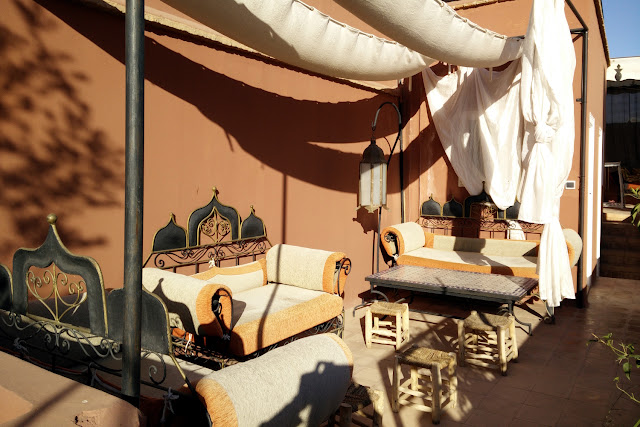 sofás del riad Dar Nakous en Marrakech