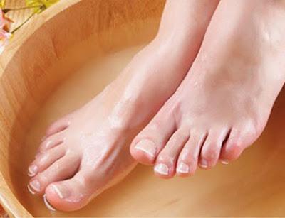 Ngâm chân nước nóng giúp điều trị rối loạn tiền đình hiệu quả