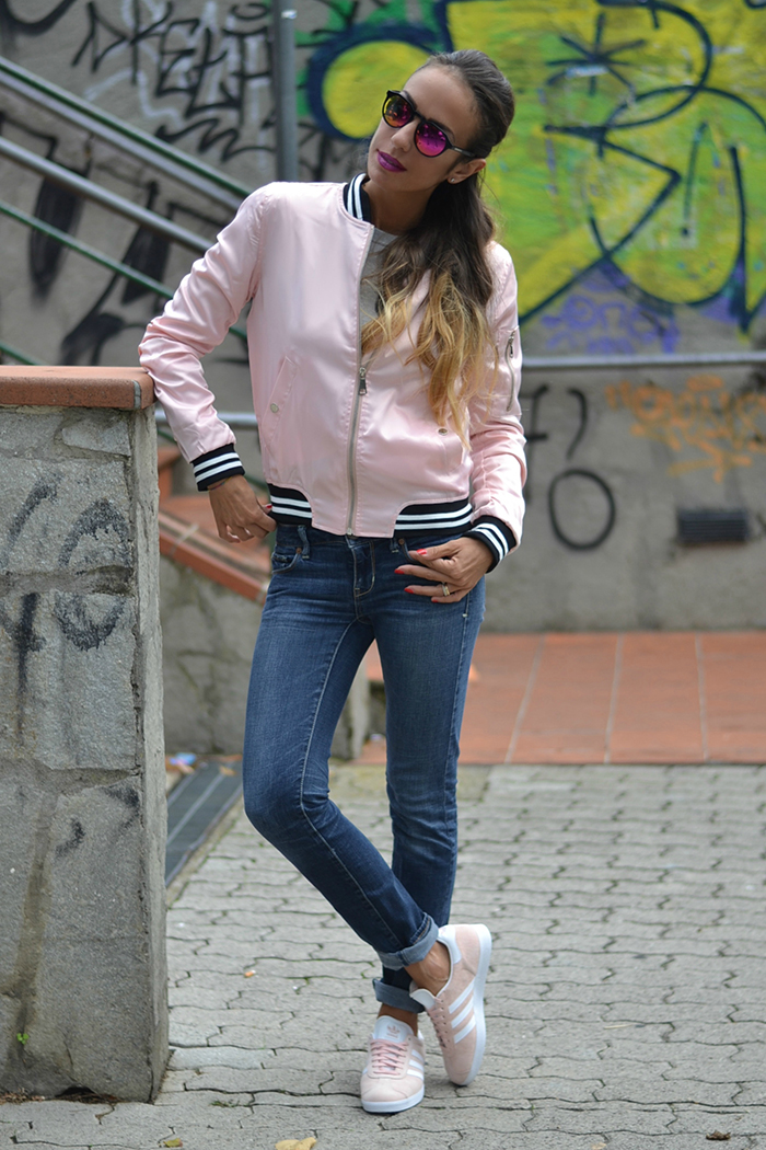 bomber jeans e scarpe da ginnastica