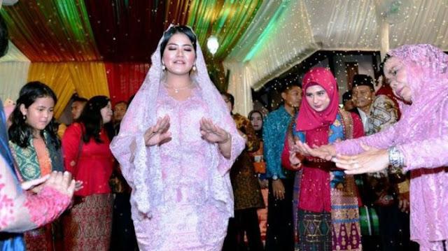 Putri Presiden Joko Widodo, Kahiyang Ayu Semringah Saat Manortor Usai Menyandang Boru Siregar