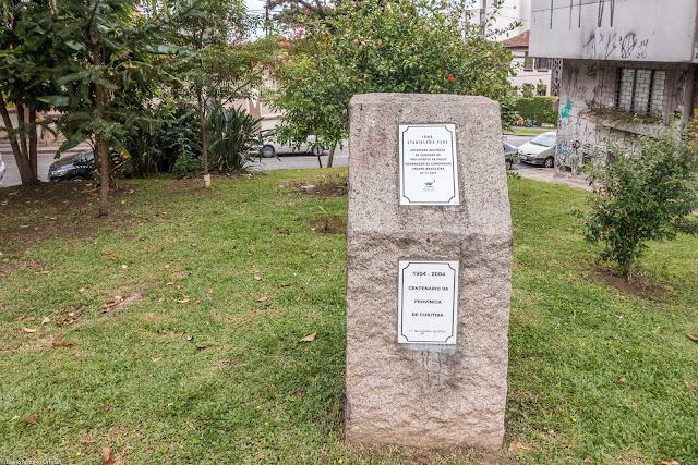 Largo Irmã Stanislawa Perz - bloco de pedra com placas comemorativas