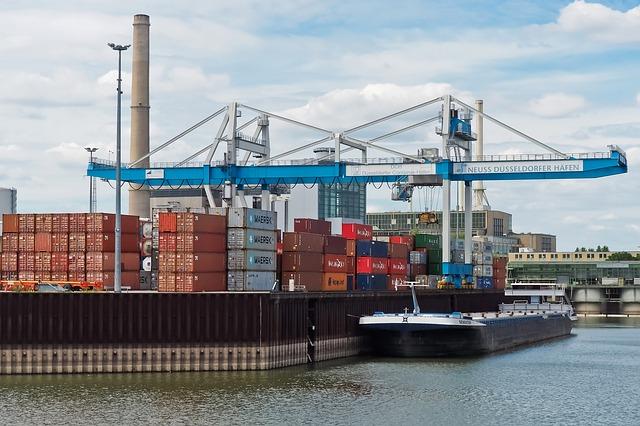 kontainer di pelabuhan