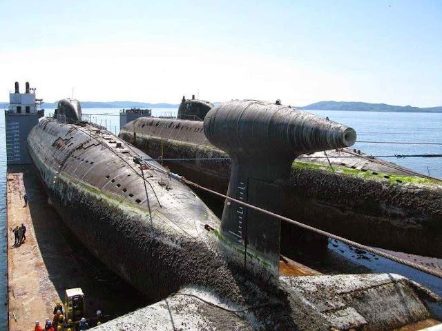 Empresa holandesa Dockwise Shipping BV foi contratada para para levar submarinos nucleares de volta para o estaleiro. Na foto o 'Bratsk' e o 'Samara'.