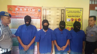 Asyik Berjudi,  4 Warga Kedungadem Diciduk PolisiPolisi