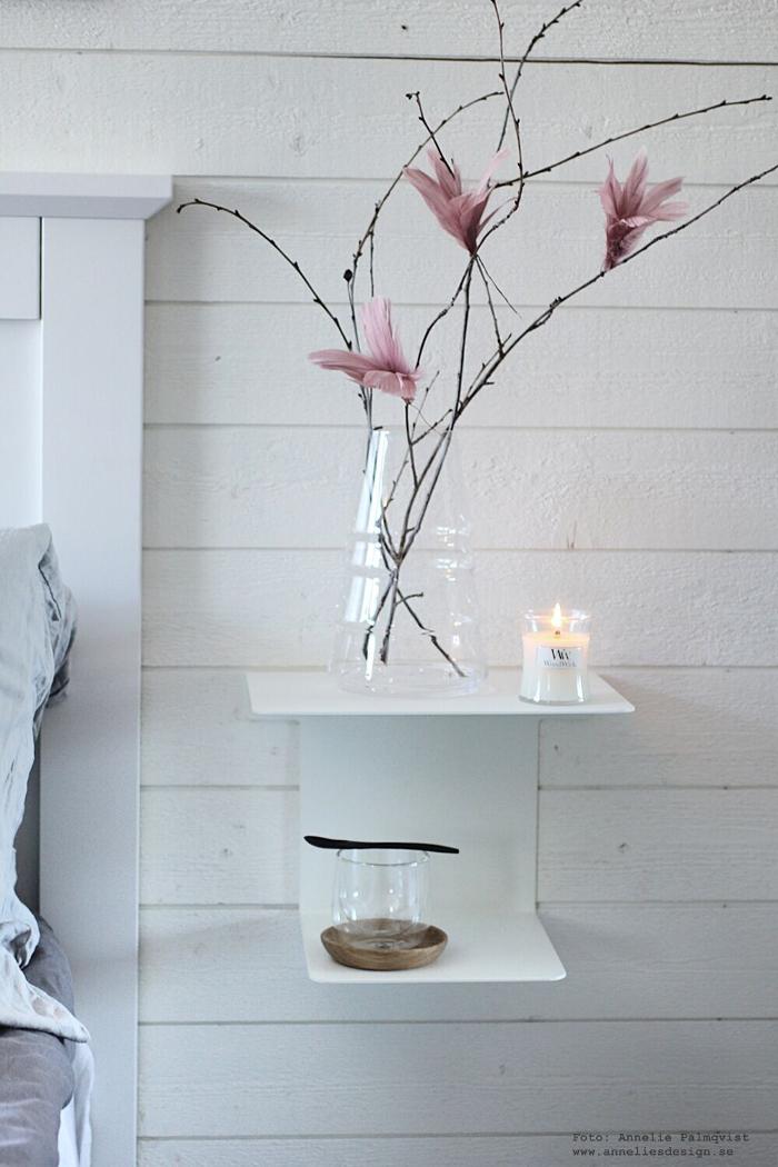 annelies design, sängbord, house doctor, stilrent, stilren, fjäderblomma, fjäderblommor, inrednings, sovrum, liggande panel, panelvägg, vägg, panel, vako, vas, smaelta, sänggavel, woodwick, doftljus