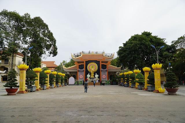 Khu chính điện cũng như một góc sân của chùa Hoằng Pháp