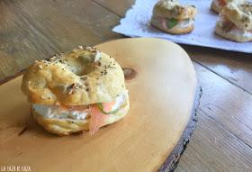Detalle-de-bagels-con-queso-Philadelfia-rúcula-y-salmón