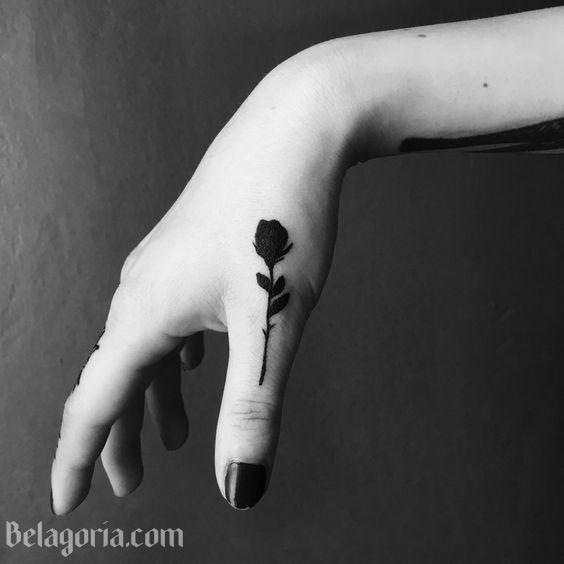 Vemos a una chica con tatuaje de la silueta de una rosa negra