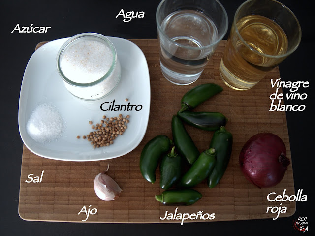 Jalapeños encurtidos en una agridulce mezcla de vinagre y condimentos